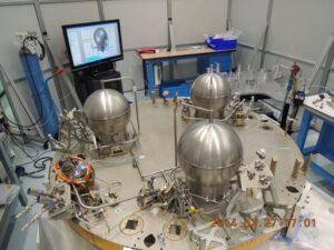 Na fotce ze stavby jsou dobře vidět tři nádrže na hydrazin