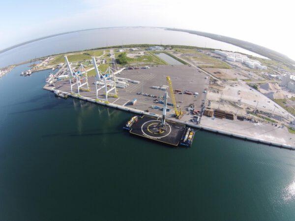 Falcon 9 v přístavu ještě na plošině