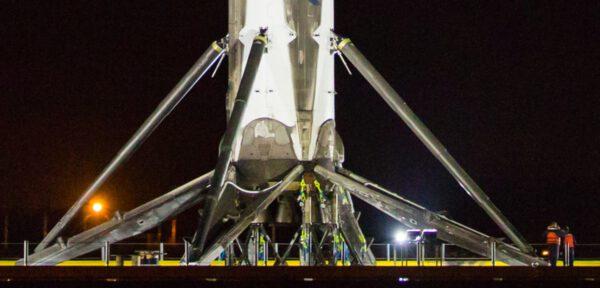 První stupeň zajištěný pomocí popruhů. Můžete porovnat velikost rakety vůči lidem stojícím napravo.