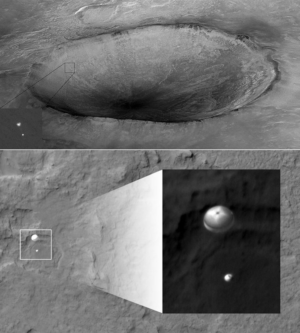Nahoře - lander phoenix na padáku Dole - přistávající Curiosity