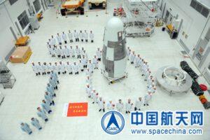 Tým Shijian-10 s družicí