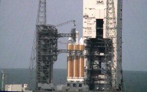 Testování rakety Delta IV Heavy na startovací rampě