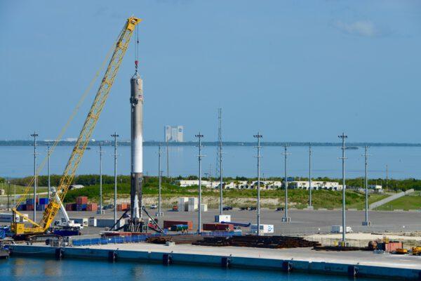 První stupeň na pevnině s budovou VAB v pozadí.