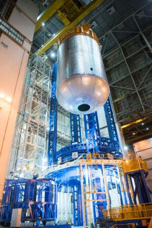 Zkušební exemplář (confidence article) kyslíkové nádrže pro centrální stupeň SLS. Tento hardware ještě není letový. Jeho úkolem je definitivně ověřit, že svařování na Vertical Assembly Center probíhá tak, jak má.