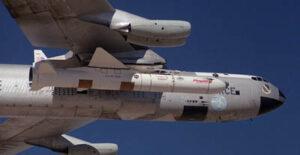Raketa Pegasus pod krídlami upraveného B-52