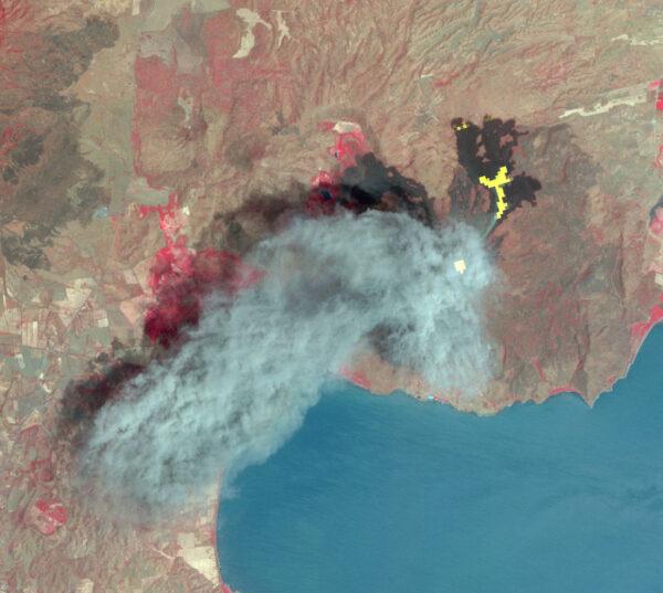Exploze sopky Momotombo v Nikaragui v březnu 2016. Snímek vzniklsložením viditleného a infračerveného spektra. Pruh kouře byl nasnímán v modro-šedé oblasti, žlutá je láva v infračerveném spektru, kráter je bílý, vegetace červená.
