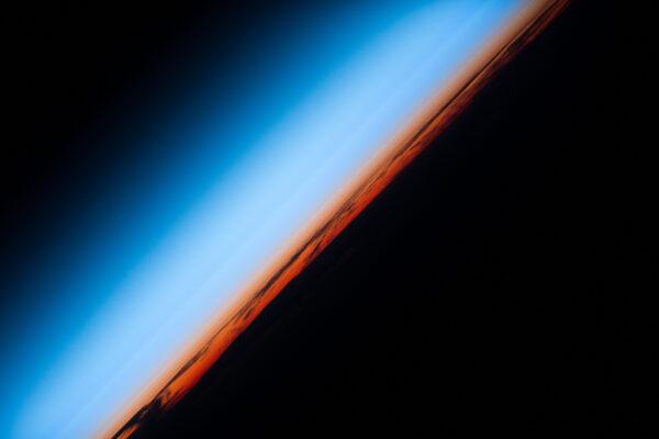 Západ slunce se na orbitu nikdy neomrzí...