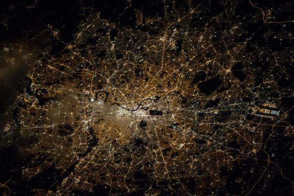 Nejen příroda dokáže nabídnout úchvatnou podívanou. Stopy lidské čnnosti také nepostrádají svůj půvab. V hledáčku se tentokrát ocitnul noční Londýn.