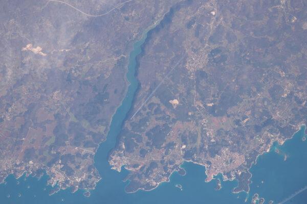 Poměrně vzácný úkaz: letadlo u pobřeží Chorvatska zachycené objektivem astronauta Tima Kopry
