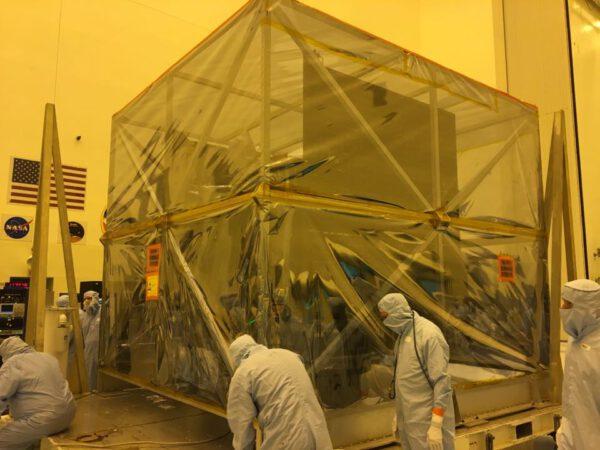 Po odstranění víka mohla být zabalená sonda převezena z přechodové komory do vlastní čisté místnosti PHSF