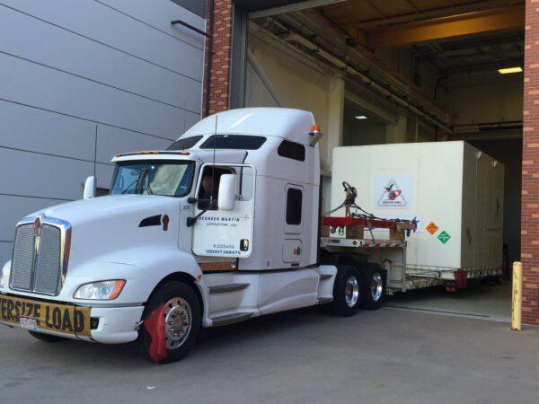 Přesun začíná - typický americký truck vyváží speciální kontejner z montážní haly.