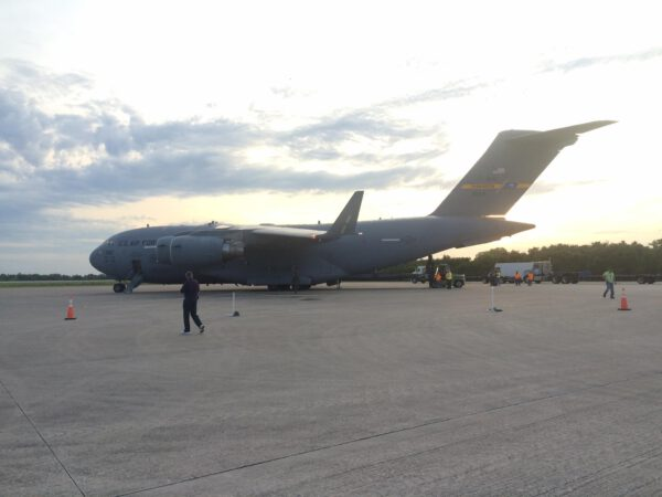 Stejný den, jen o pár hodin později - C-17 přistává na floridské Kennedyho středisko. Konkrétně na raveji Shuttle Landing Facility, kam dosedaly raketoplány.