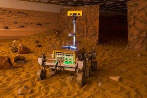 Prototyp vozítka v hale Airbus Defense and Space, které 29. dubna ovládal Tim Peake z paluby ISS. Rover pro misi ExoMars by mohl vypadat podobně