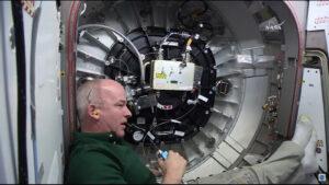 Jeffrey Williams u ovládacího pultu při uzavřeném vstupu do modulu BEAM