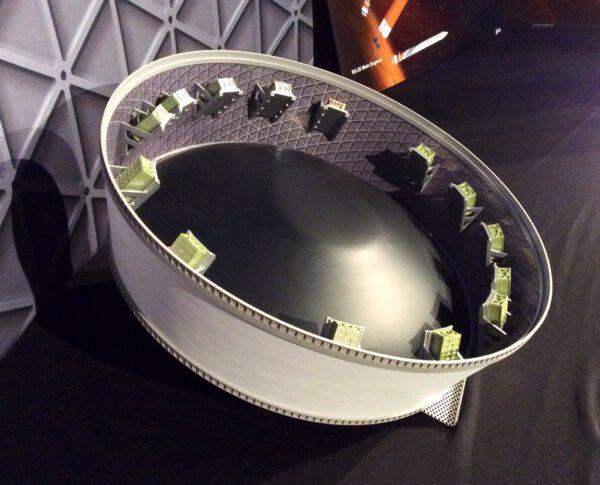 Zmenšený model ukazující adaptér spojující loď Orion s horním stupněm - uvnitř vidíte vypouštěcí zařízení na cubesaty