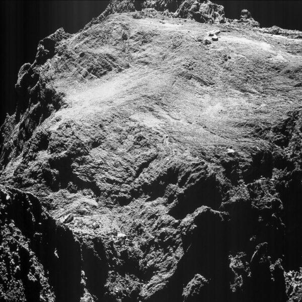 Snímek pořízený 15.května kamerou OSIRIS ze vzdálenosti 9,88 km. Rozlišení fotky je 84 cm/pixel a fotka pokrývá oblast širokou 862 metrů.