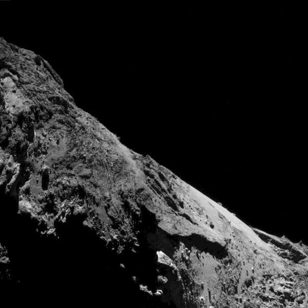 Opět kamera OSIRIS, tentokrát snímek ze 17. května pořízený ze vzdálenosti 9,4 km. Rozlišení snímku je 89 cm/pixel.