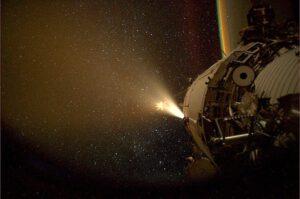 Loď ATV zvyšuje oběžnou dráhu ISS.