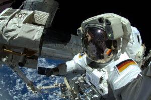 Alexander Gerst při výstupu do otevřeného kosmu