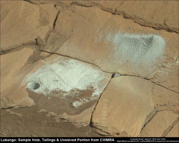 Sol 1324 Lubango, otvor a vysypaný vzorek. NASA/JPL