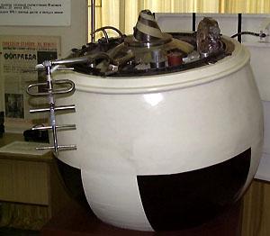 Veněra 8 přistávací modul. Vlevo anténa výškoměru, uprostřed a vpravo komunikační antény, cylindry po stranách jsou fotometry a druhý přední cylindr je analyzátor plynů. Lavočkin