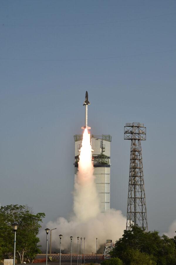 Historicky první start indického raketoplánu, byť jen testovací