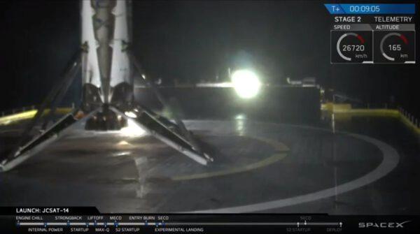 První stupeň rakety Falcon 9 po přistání na plošinu Of Course I Still Love You
