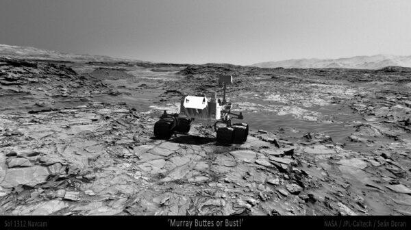 Sol 1312 panorama s vloženou Curiosity. NASA/JPL/Seán Doran