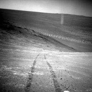 Sol 4332: prachový vír, Opportunity. Foto: NASA/JPL/MSSS