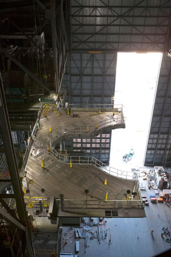 Polovina plošiny úrovně J je úspěšně zapojena do elektrické sítě a vysunuta do operační polohy