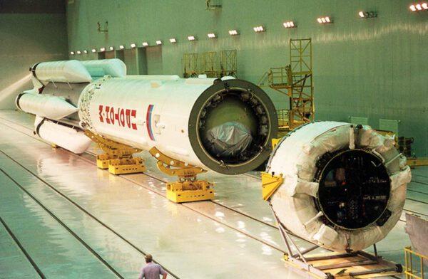 Proton-M a montáž horního stupně Briz-M.