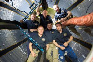 Ještě kompletní posádka expedice 37 v nafukovacím modulu BEAM
