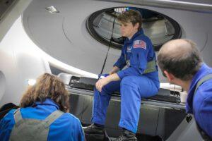 Astronautka Anne McClai při testování únikových scénářů z potápějící se kapsle Crew Dragon