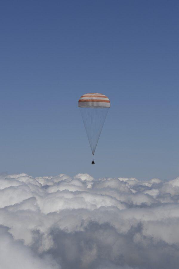 Sojuz TMA-19M čeká průlet skrz mraky a přistání