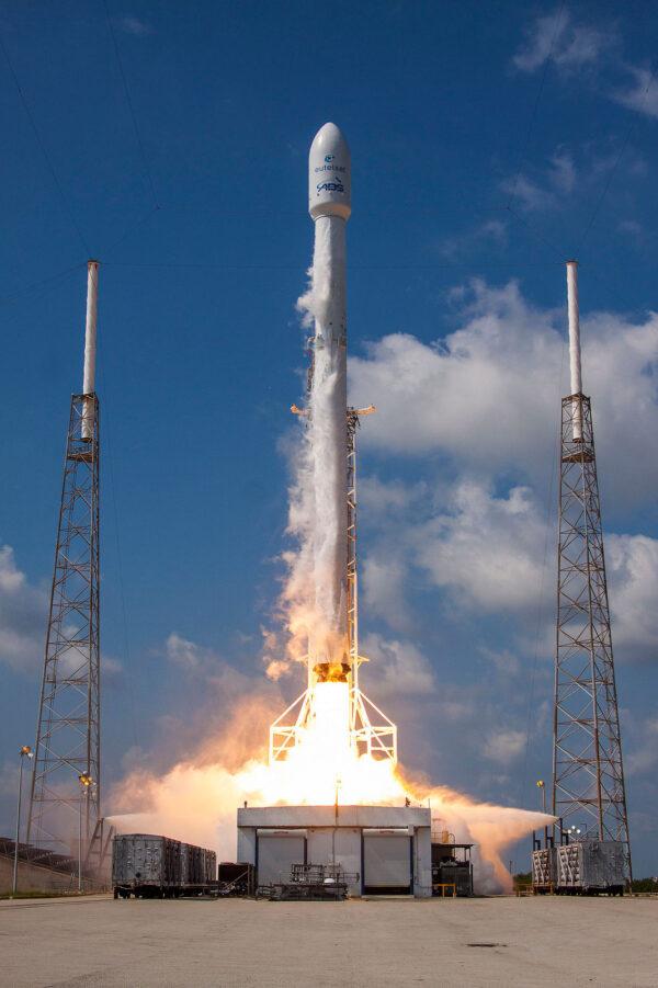 Pohled na startující raketu hezky z čela