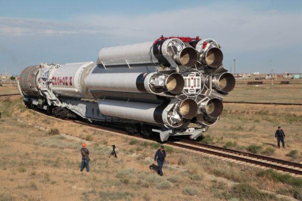 Vývoz rakety proton-M na startovní rampu