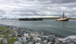 OCISLY v sobotu opustila přístav, za doprovodu podpůrných lodí.