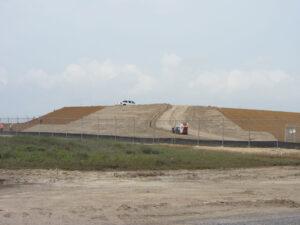 Snímek z května 2016 - terénní úpravy na místě budoucí haly HIF
