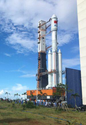 Ostrý vývoz rakety Dlouhý pochod 7 na startovní rampu