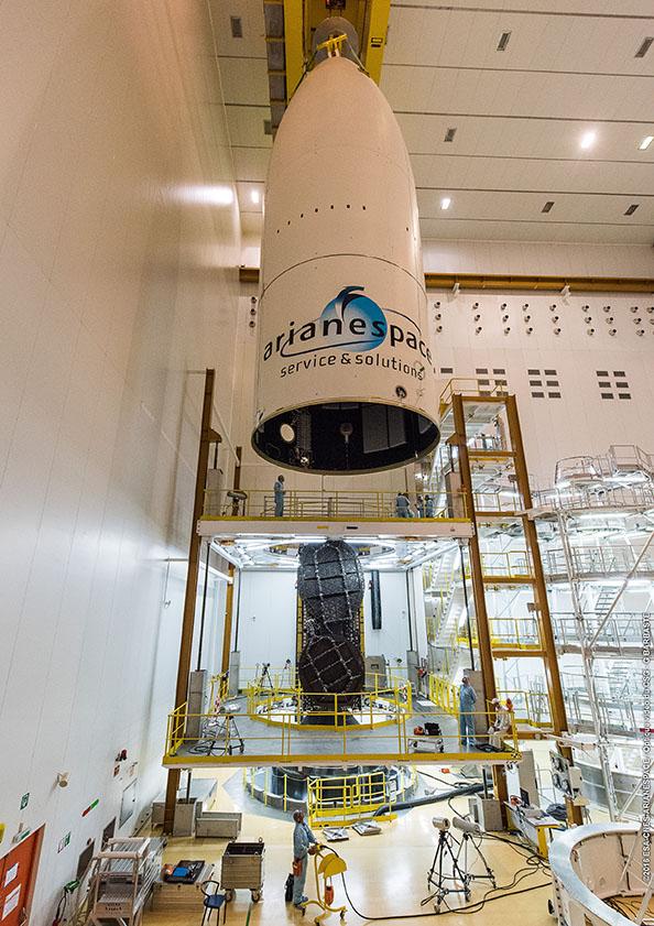 Spouštění aerodynamického krytu - vidíme satelit EchoStar 18, který sedí na adaptéru Sylda, ve kterém je uložen satelit BRIsat