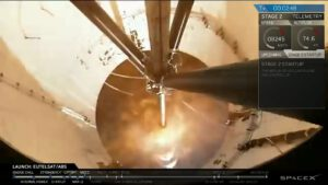 Pohled na zážeh horního stupně z kamery na stupni prvním