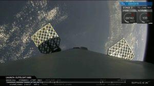 Snímek z přímého přenosu - kamera na prvním stupni ukazuje vyklopená roštová kormidla