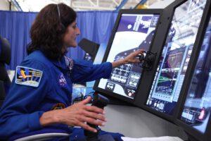 Astronautka Sunita Williams v simulátoru ovládacího panelu lodi Starliner