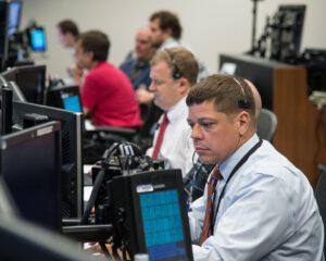 Astronaut Bob Behnken a Eric Boe testují operační software v letovém centru Boeingu.