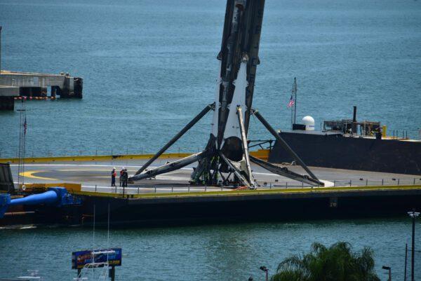 První stupeň se vrací do přístavu.