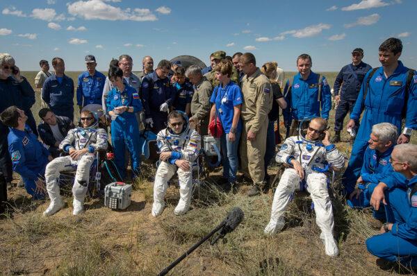 Posádka Sojuzu TMA-19M po přistání