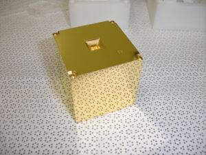 Jedna ze dvou zlato-platinových krychlí uvnitř sondy LISA Pathfinder