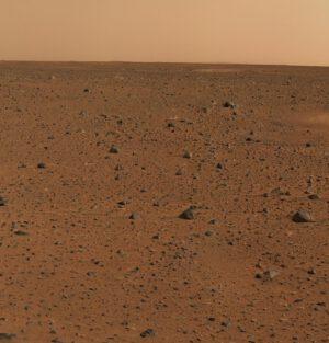 První barevný snímek od roveru Spirit - ve své době šlo o nejdokonalejší fotku povrchu jiné planety.