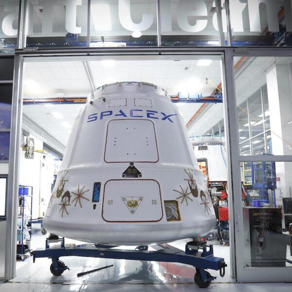 Dragon pro misi CRS-9 před přepravou na Floridu.
