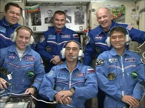 Posádka ISS po příletu Sojuzu MS-01.
